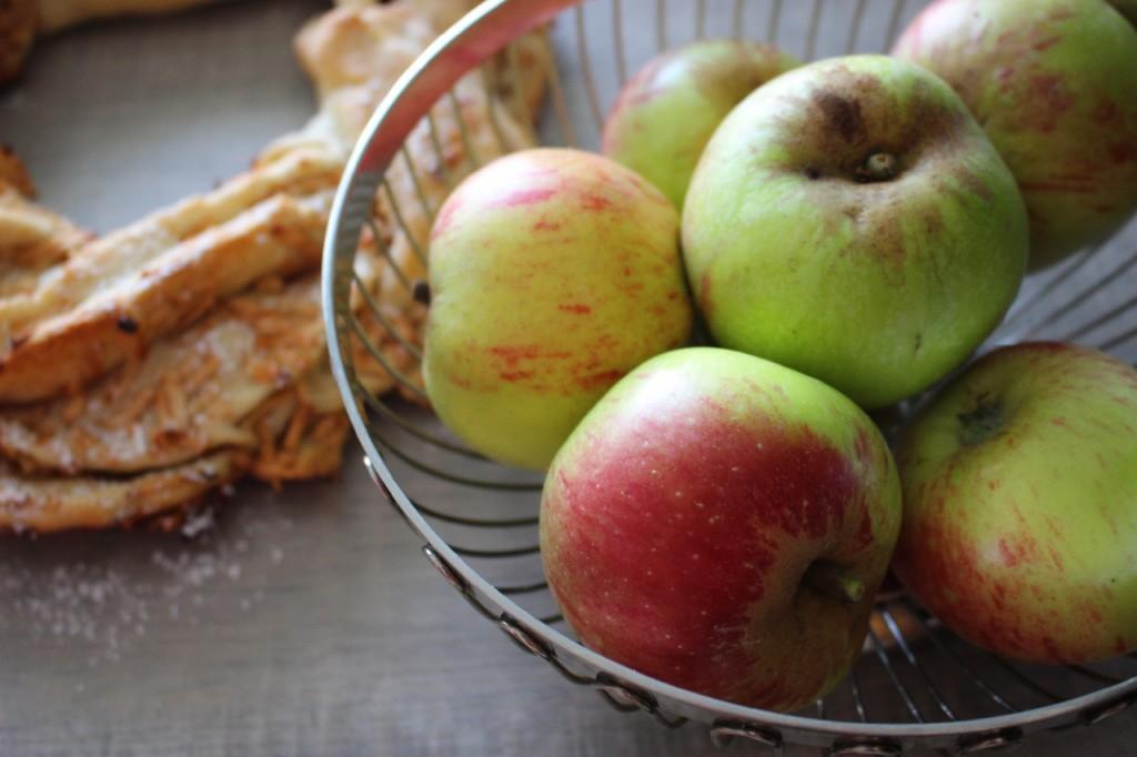 Veganer Apfel-Zimt-Hefekranz ohne Zucker: Rezept