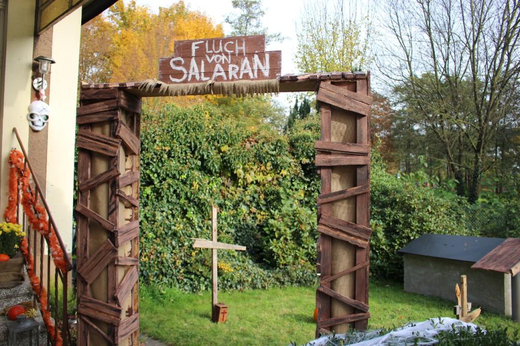 Das Gruselhaus zu Halloween: Eingang zum Friedhof