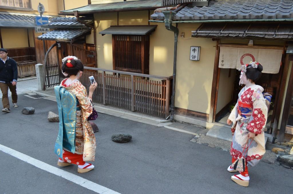 kyoto-junge-maedchen-geisha-kimono