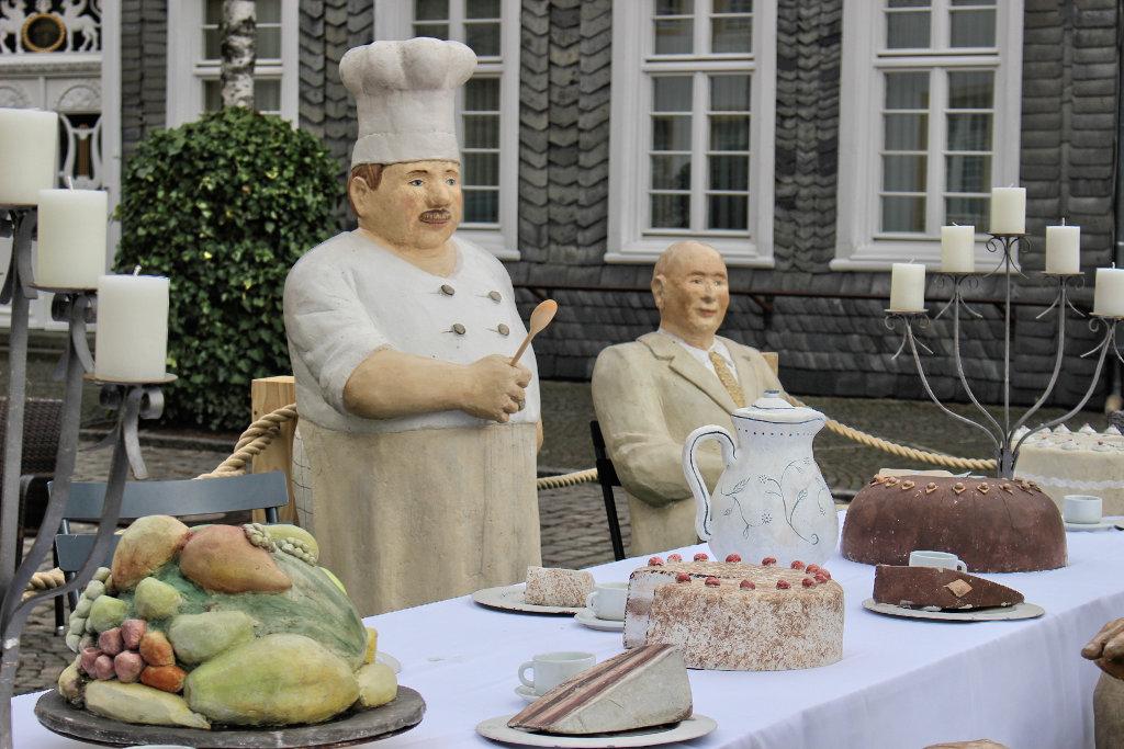 Christel-Lechners-figuren-menschen-wiedenbrück-fressen