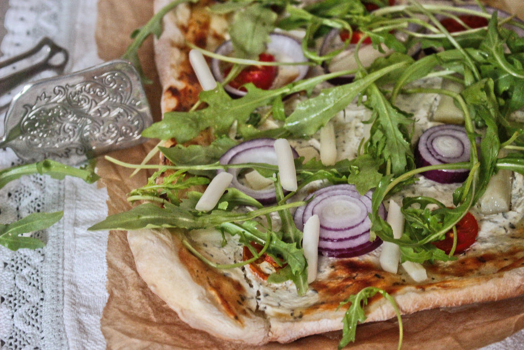 vegan-spargel-pizza-rezept-roh-ruccola-pesto (1)