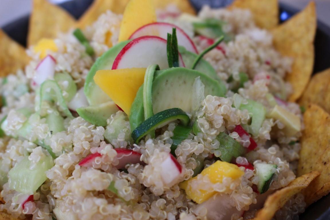 vegan-quinoa-tacco-salat-mit-avocado-und-mango-rezept-sommer (13)