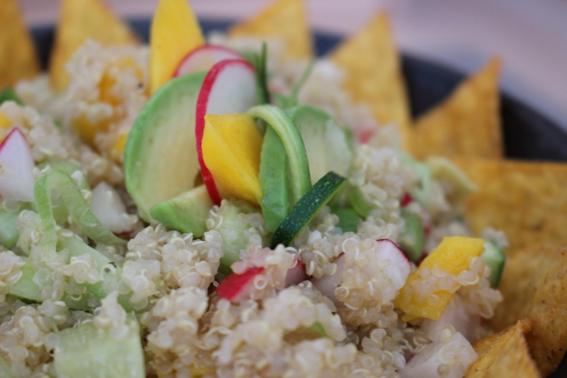 Veganer Quinoa-Tacco-Salat mit Avocado und Mango [Rezept]