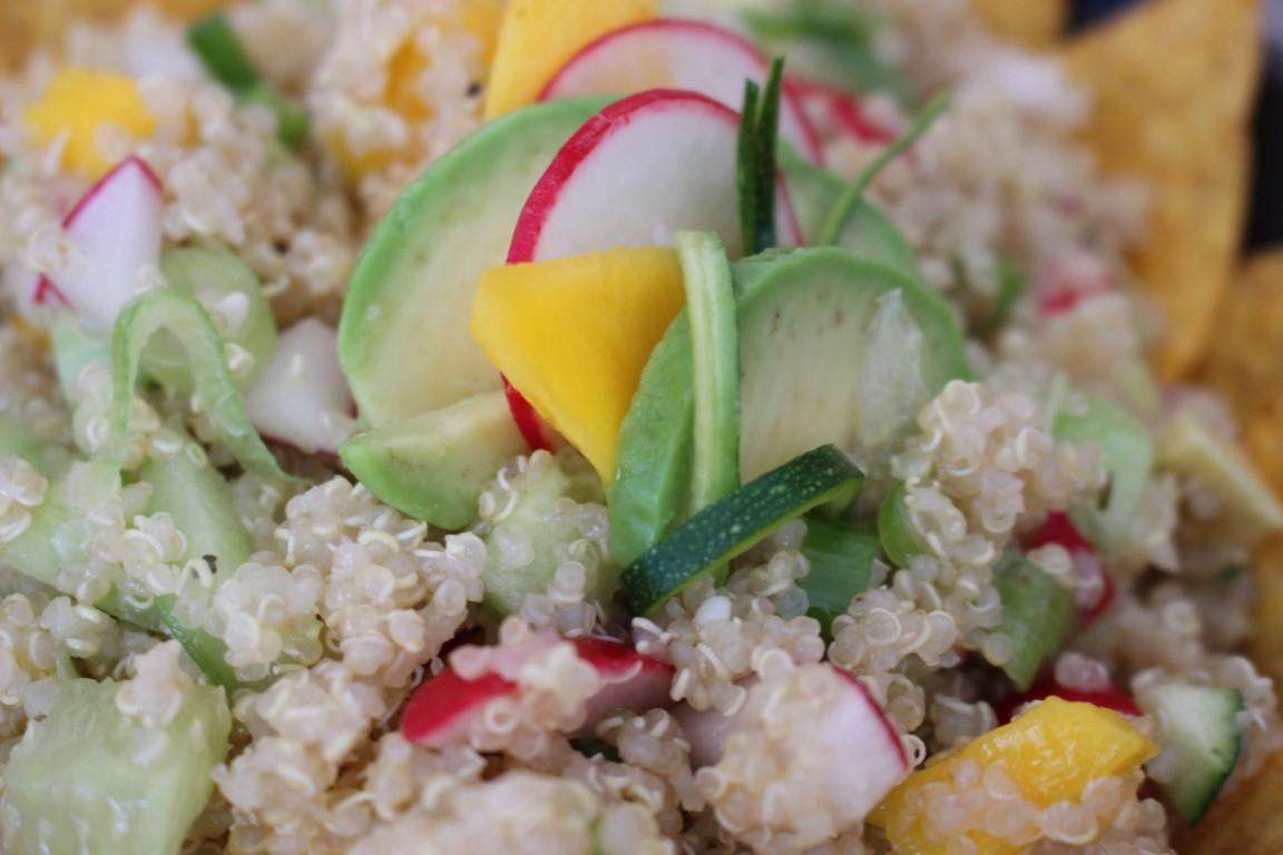 vegan-quinoa-tacco-salat-mit-avocado-und-mango-rezept-sommer (5)