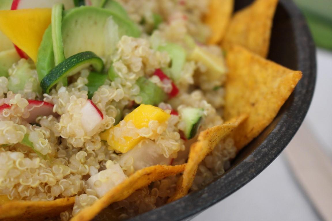vegan-quinoa-tacco-salat-mit-avocado-und-mango-rezept-sommer (8)