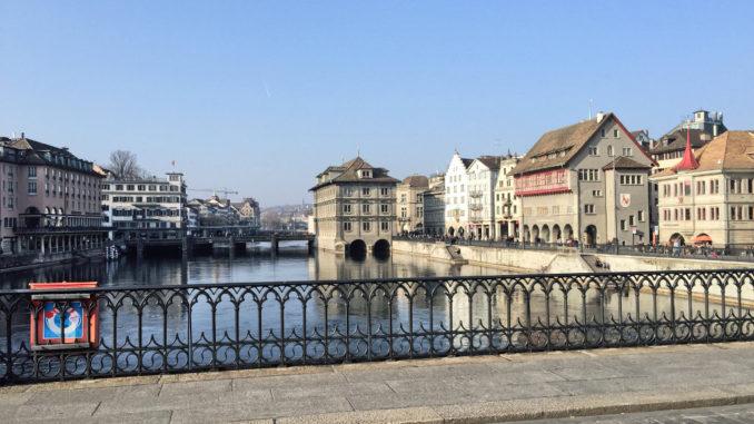 Das Zürcher Rathaus (Bildmitte) an der Limmat