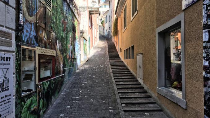 Es kann schon mal steil werden (Zürcher Altstadt, rechts der Limmat)