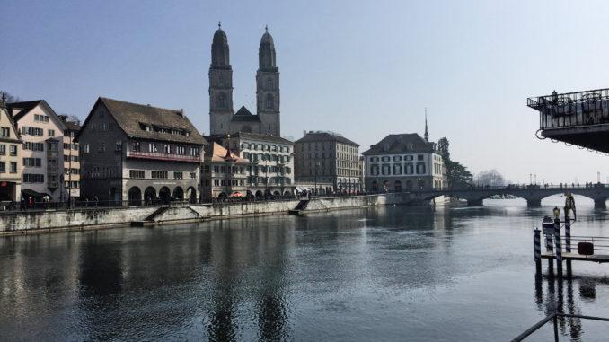 Zuerich: Limmat mit Grossmünster und Rathaus