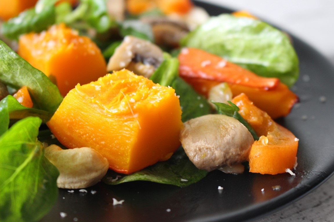 Kürbis mit Pilzen und Feldsalat