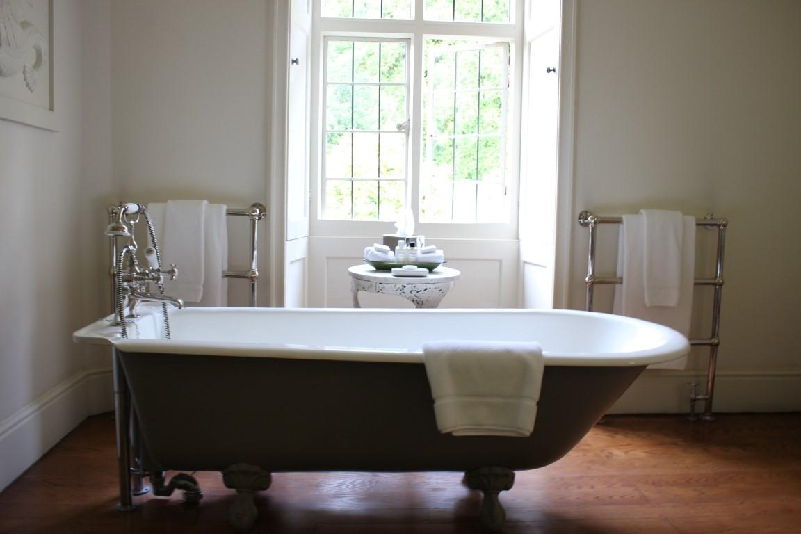 Badewanne im Bad der Suite in Hotel Endsleigh