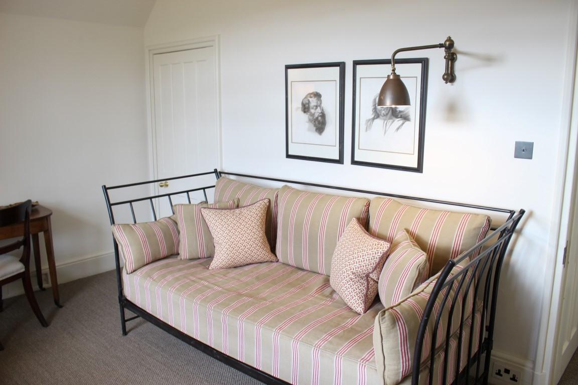 Sitzgelegenheit im Nebenraum der Suite in Hotel Endsleigh