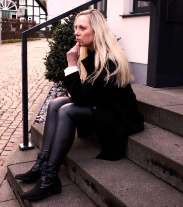 Eleganter Fashionlook mit Hartjes-Schuhen und Wollmantel
