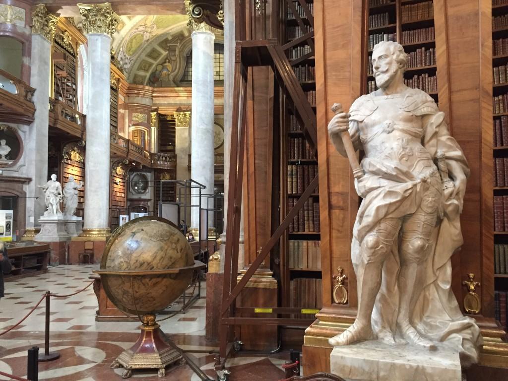 Karl VI. und ein Globus im Prunksaal der Hofburg.