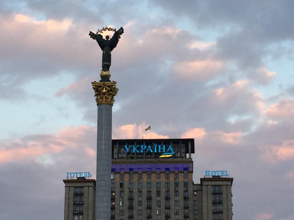 Unabhängigkeitsdenkmal und Hotel Ukrajina am Majdan-Platz in Kiew