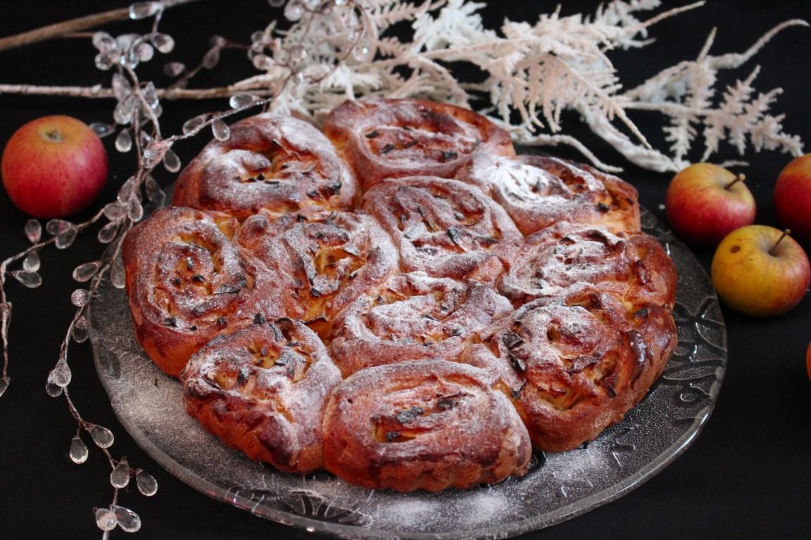 Vegane schwedische Zimtschnecken (Kanelbullar) mit Apfel [Rezept]