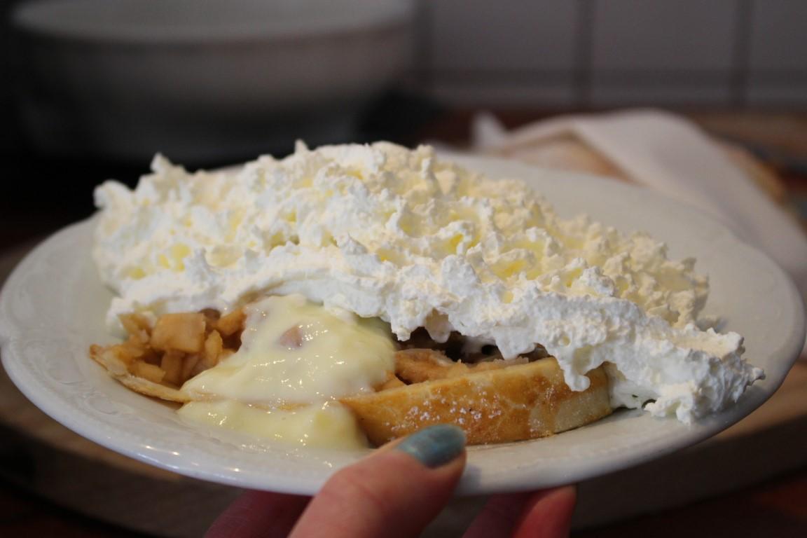 Tiroler Apfelstrudel mit Schlagsahne und Vanillesauce